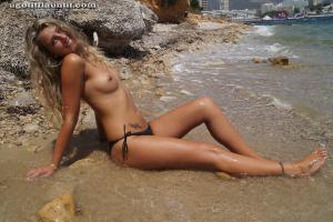 Блондинка топлесс на пляже в городе - фото #16