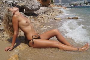 Блондинка топлесс на пляже в городе - фото #17