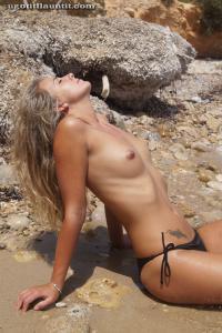 Блондинка топлесс на пляже в городе - фото #18