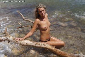 Блондинка топлесс на пляже в городе - фото #23