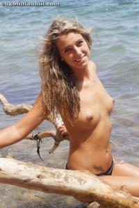 Блондинка топлесс на пляже в городе - фото #25