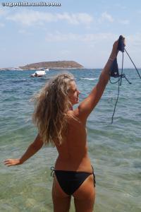 Блондинка топлесс на пляже в городе - фото #8