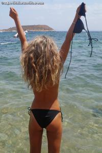 Блондинка топлесс на пляже в городе - фото #9