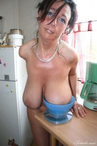 Какие то тетки с нереальными сисяндрами - фото #14