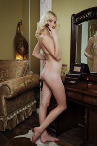 Голая блондинка в винтажной комнате - фото #1