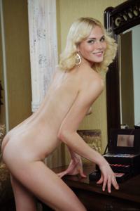 Голая блондинка в винтажной комнате - фото #10