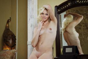 Голая блондинка в винтажной комнате - фото #12