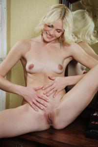 Голая блондинка в винтажной комнате - фото #18