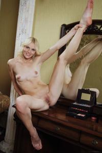 Голая блондинка в винтажной комнате - фото #21