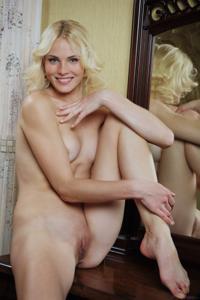 Голая блондинка в винтажной комнате - фото #23
