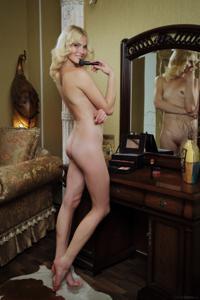 Голая блондинка в винтажной комнате - фото #3