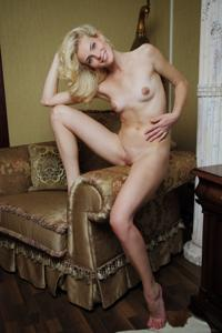 Голая блондинка в винтажной комнате - фото #30