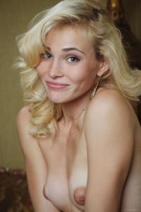 Голая блондинка в винтажной комнате - фото #32