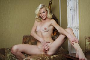 Голая блондинка в винтажной комнате - фото #36