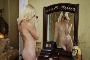 Голая блондинка в винтажной комнате - фото #4