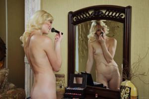 Голая блондинка в винтажной комнате - фото #5