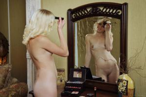 Голая блондинка в винтажной комнате - фото #6
