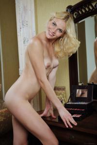 Голая блондинка в винтажной комнате - фото #9