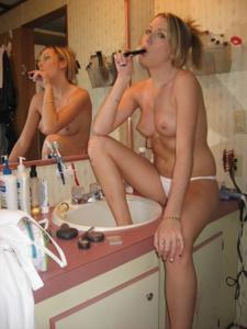 Голая блондинка с чистой киской в ванной - фото #13