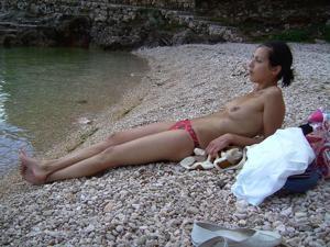 Позагорала с голыми сиськами - фото #6