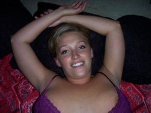 Милая телка с пышной грудью уединилась с партнером на кровати - фото #16