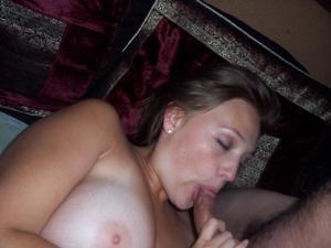 Милая телка с пышной грудью уединилась с партнером на кровати - фото #38