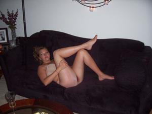 Милая телка с пышной грудью уединилась с партнером на кровати - фото #40