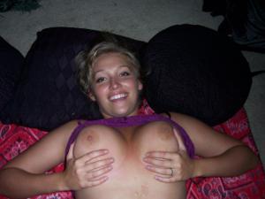 Милая телка с пышной грудью уединилась с партнером на кровати - фото #7