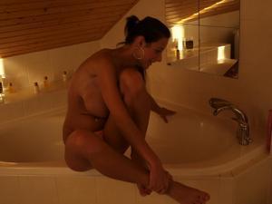 Очень сексуальная немка прикалывается в ванной - фото #25
