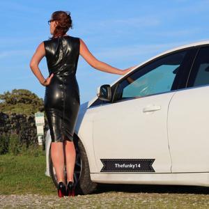 Модель любит одежду из латекса - фото #23