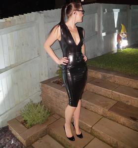 Модель любит одежду из латекса - фото #6