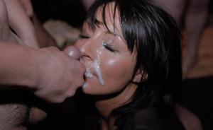 Мужики мощно обкончали лицо брюнетки после пылкого отсоса - фото #15
