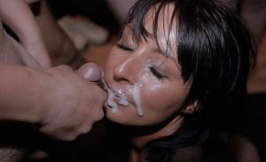 Мужики мощно обкончали лицо брюнетки после пылкого отсоса - фото #16