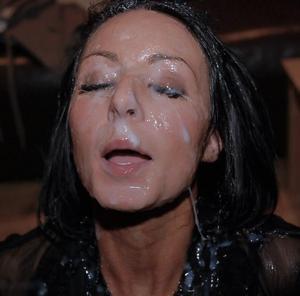 Мужики мощно обкончали лицо брюнетки после пылкого отсоса - фото #27