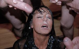 Мужики мощно обкончали лицо брюнетки после пылкого отсоса - фото #29
