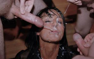 Мужики мощно обкончали лицо брюнетки после пылкого отсоса - фото #31