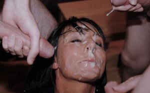 Мужики мощно обкончали лицо брюнетки после пылкого отсоса - фото #32