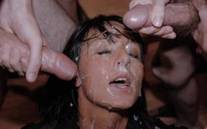 Мужики мощно обкончали лицо брюнетки после пылкого отсоса - фото #33