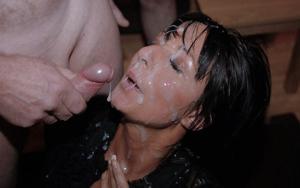 Мужики мощно обкончали лицо брюнетки после пылкого отсоса - фото #34