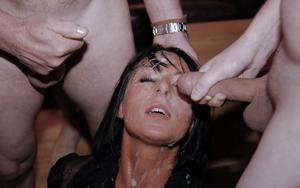 Мужики мощно обкончали лицо брюнетки после пылкого отсоса - фото #36