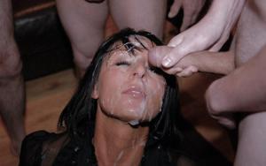 Мужики мощно обкончали лицо брюнетки после пылкого отсоса - фото #37