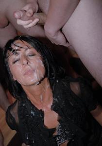 Мужики мощно обкончали лицо брюнетки после пылкого отсоса - фото #38
