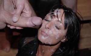 Мужики мощно обкончали лицо брюнетки после пылкого отсоса - фото #40
