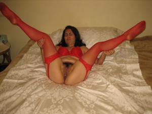 Небритая латинка в красном нижнем белье