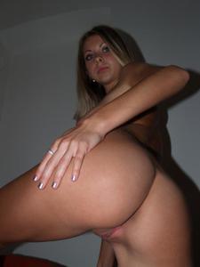 У блондинки еще тугие дырки - фото #9