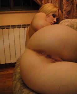 Сисястая блонда поссала в кровати - фото #11