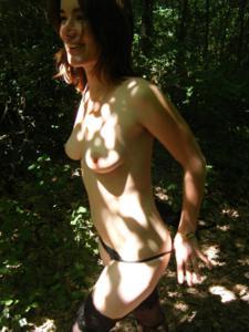 Не боится гулять голой в лесу - фото #10