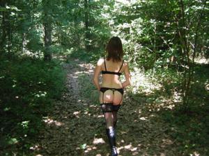 Не боится гулять голой в лесу - фото #12
