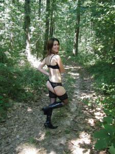 Не боится гулять голой в лесу - фото #14