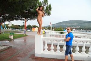 Голая Евгения на набережной - фото #10